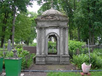 В таком состоянии склеп был до 2006 г.